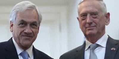 El presidente de Chile, Sebastián Piñera, junto a James Mattis.