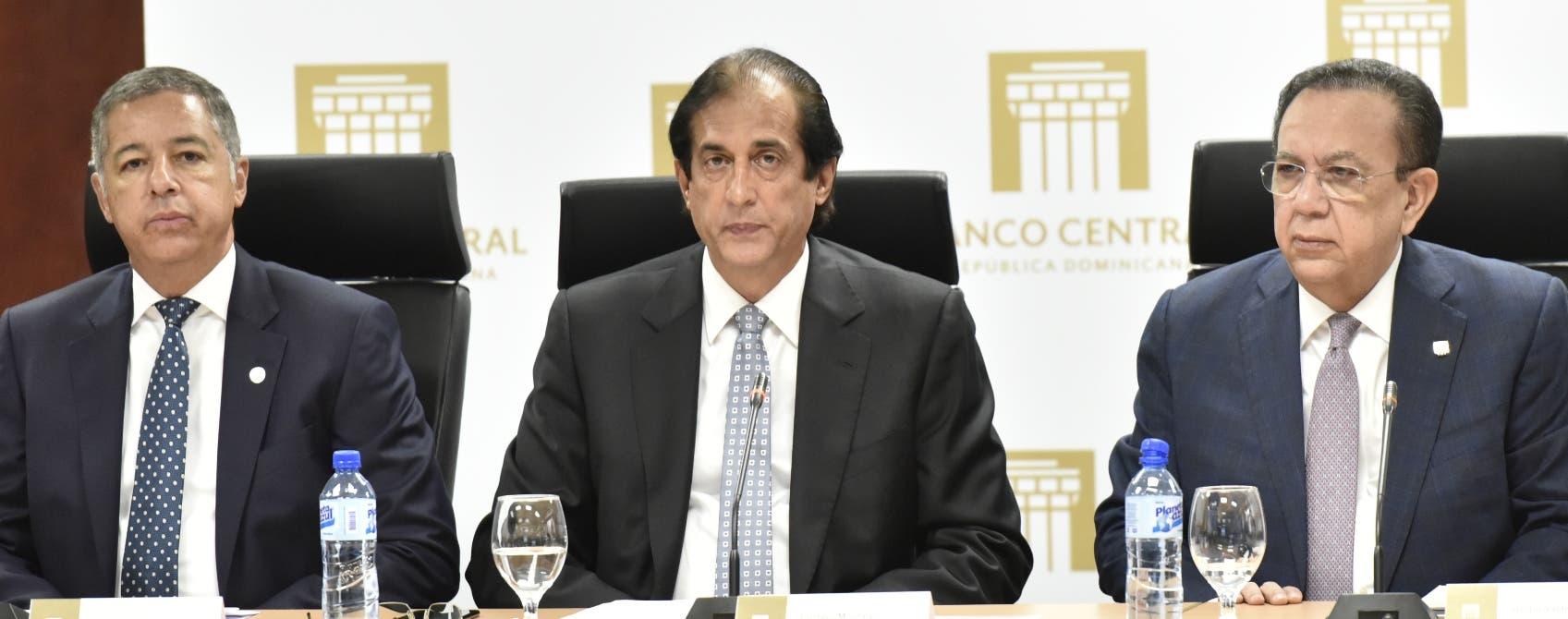 Donald Guerrero, ministro de Hacienda; Gustavo Montalvo, ministro de la Presidencia, y Héctor Valdez Albizu.  fuente externa