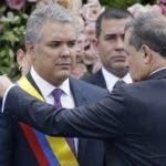 El senador Ernesto Macías  impone la banda presidencial de Colombia a Iván Duque.