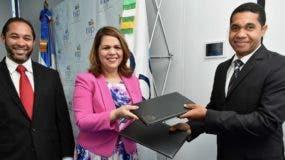 Juan Luis Lozada, Celenia Vidal y Alex Charles  en la  firma del acuerdo.