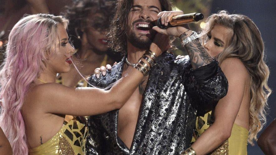 Maluma en el escenario de los famosos  premios MTV .  AP