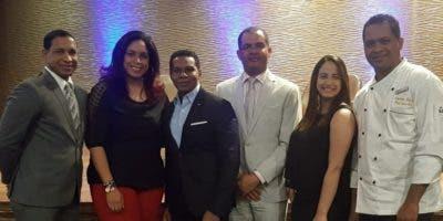 Los ejecutivos del hotel junto a Raymond Pozo, durante la conferencia.