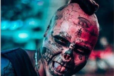 Se gana la vida honradamente haciendo tatuajes.