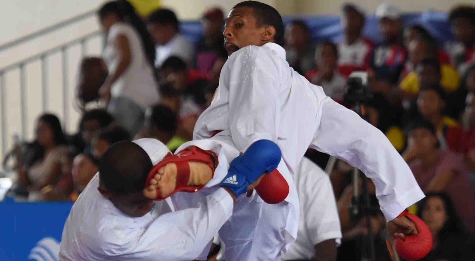 Deivis Ferreras, derecha, conecta una patada al rostro de su rivalen uno de sus combates en Barranquilla, Colombia donde ganó el oro.  Alberto Calvo