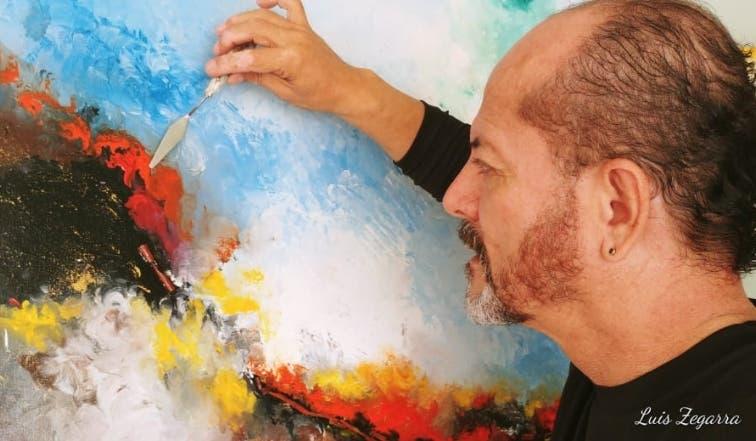 Luis Zegarra en la creación de uno de sus cuadros.
