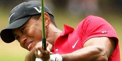Tiger Woods continúa recuperando terreno en tenis.  AP