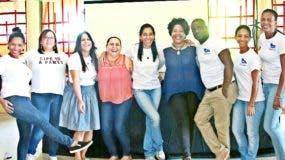 Los miembros de la directiva de la asociación, durante la fiesta escolar.