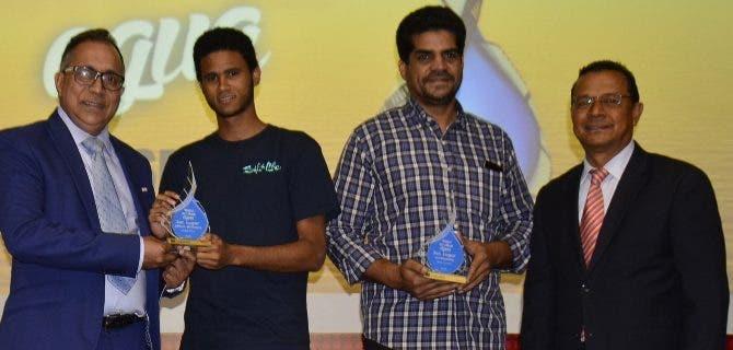 Parte de los ganadores recibiendo sus premios de manos de los ejecutivos.