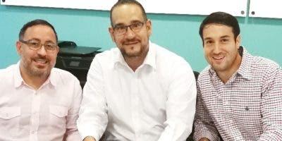 Alexis Hernández, Luis Molina y Salomón Cohén en la firma del acuerdo.