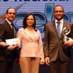 Rafael Ovalles entrega el premio del renglón Centros Operativos de Sistema (COS)  a la universidad ISA.
