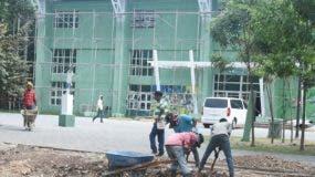 Obreros dan toques finales a la remodelación del pabellón de tenis del Parque del Este.  Alberto Calvo