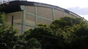 El techo y las vigas del  polideportivo de Puerto Plata están totalmente deterioradas.