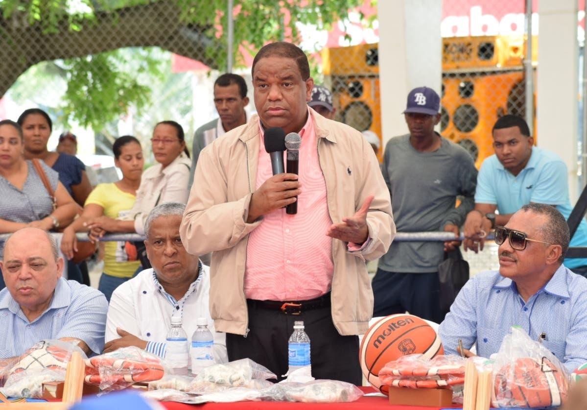 Danilo  Díaz se dirige a los presente en el acto de reinaguración de la obra.