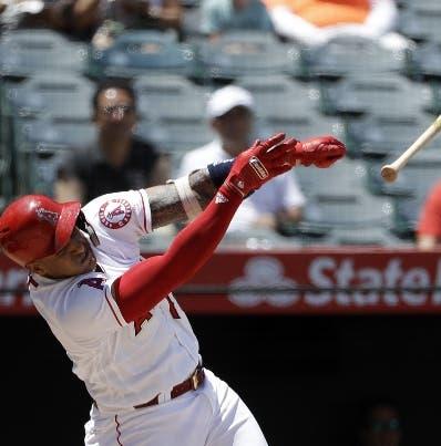 El dominicano Jefry Marte pierde el bate en un swing.  ap