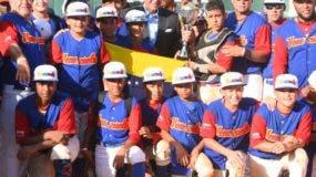 Luisín Mejía entrega el trofeo al equipo de Venezuela luego de la victoria.   Fuente Esterna