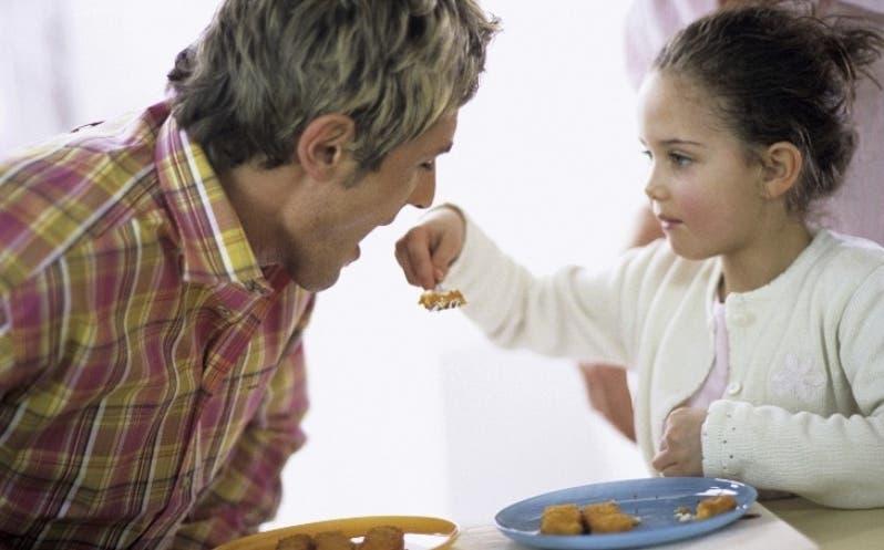 Hacer sus comidas divertidas los hace alimentarse mejor.