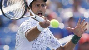 El serbio Novak Djokovic hace una devolución ante el suizo Roger Federer en Cincinnati.