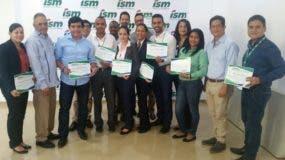 Los colaboradores reciben su certificados de participación.