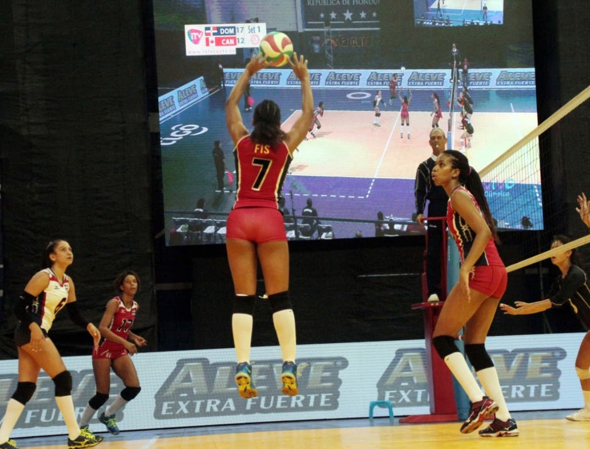 Angélica Fis coloca la bola en un momento de acción del partido.   Fuente externa