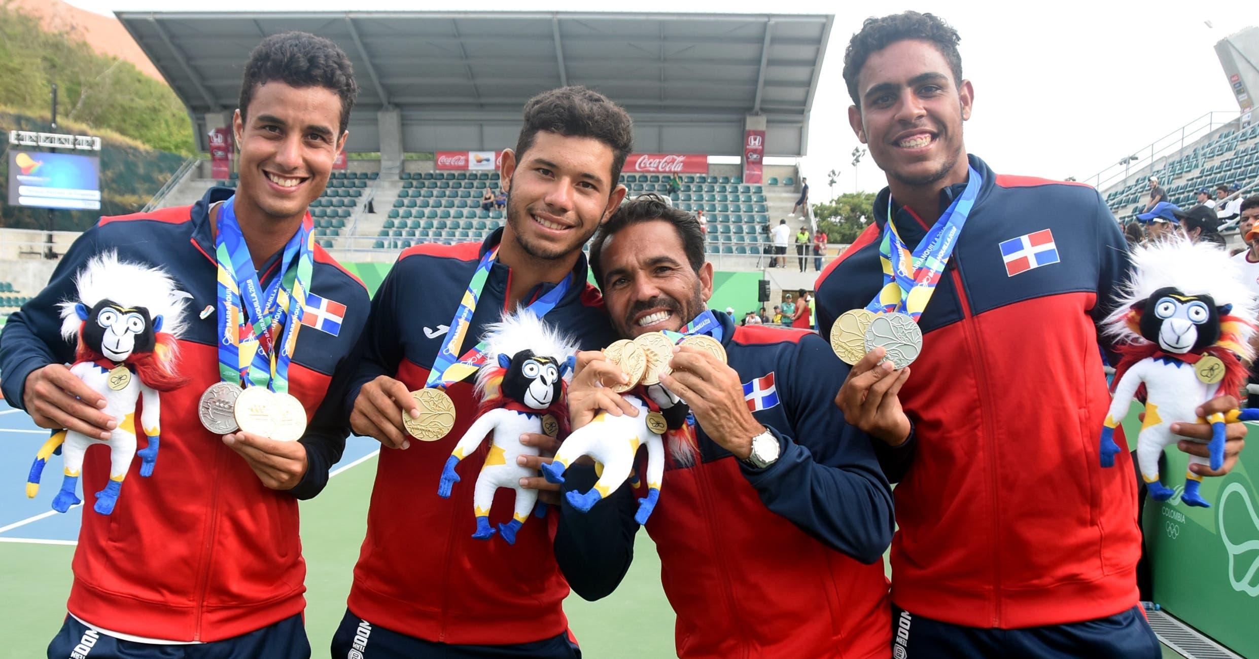 El equipo dominicano muestra las medallas obtenidas por el tenis en los Juegos Centroamericanos y del Caribe que concluyen hoy, con  una gran participación.  Alberto Calvo