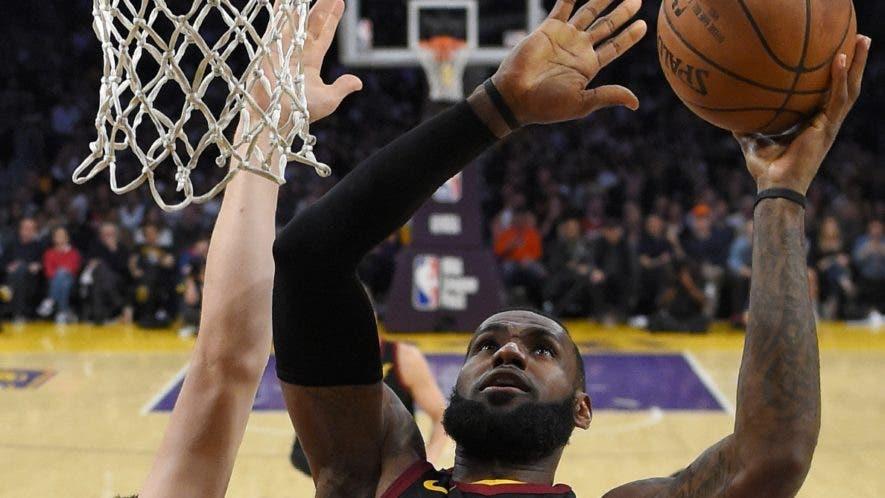 LeBron James sigue siendo considerado uno de los mejores de la historia en la NBA.AP