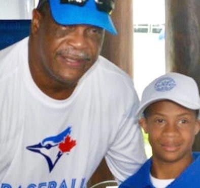 George Bell junto a uno de los niños beneficiados. aP