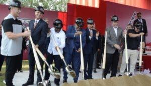 El presidente de la República, Danilo Medina, aplaude luego de dar el palazo.  José de León