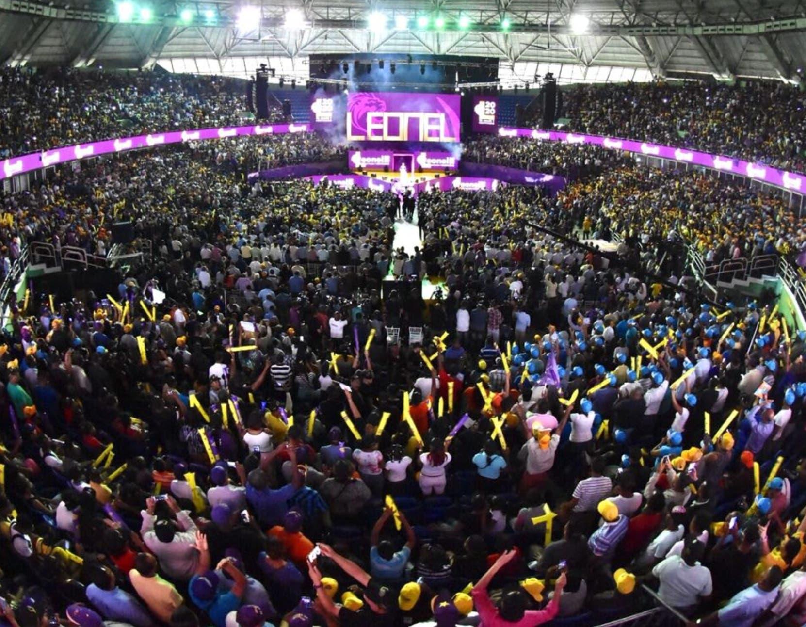 El Palacio de los Deportes fue abarrotado ayer de seguidores del expresidente Leonel Fernández.  josé de león