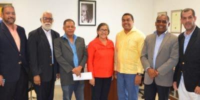 Representantes de la Asociación de fotoperiodistas con el director de EL DÍA, José P. Monegro.