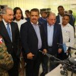 El presidente Medina observa un dron que se utiliza en supervisión de la zona.  fuente externa