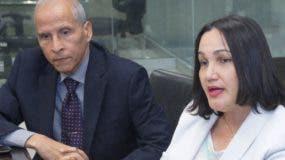 Fredy Figueroa y Ellen Hilario, miembros de sociedades médicas.