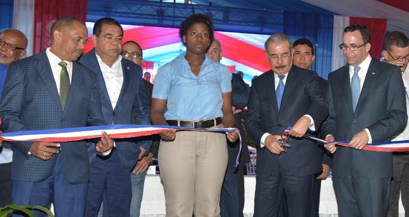 El presidente Danilo Medina corta cinta en inauguración.