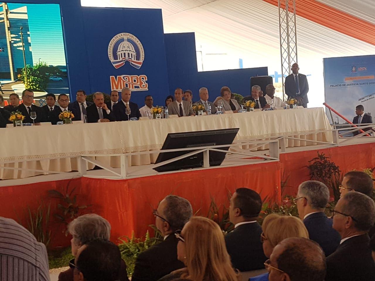 El presidente Danilo Medina junto a funcionarios de su gobierno en el acto de inicio de los trabajos de construcción del Palacio de Justicia en Santo Domingo Este.