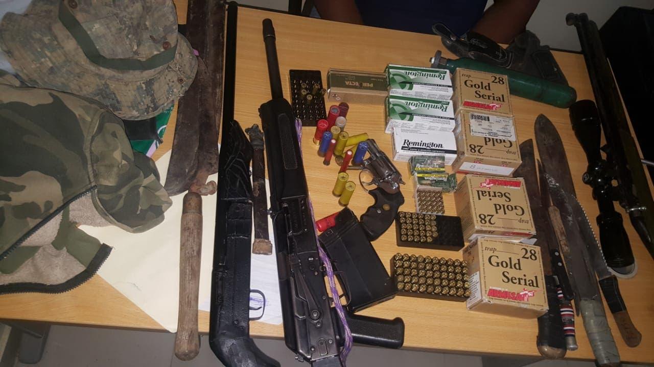 Durante los operativos, la Policía se incautó de numerosas armas, motocicletas y celulares robados.