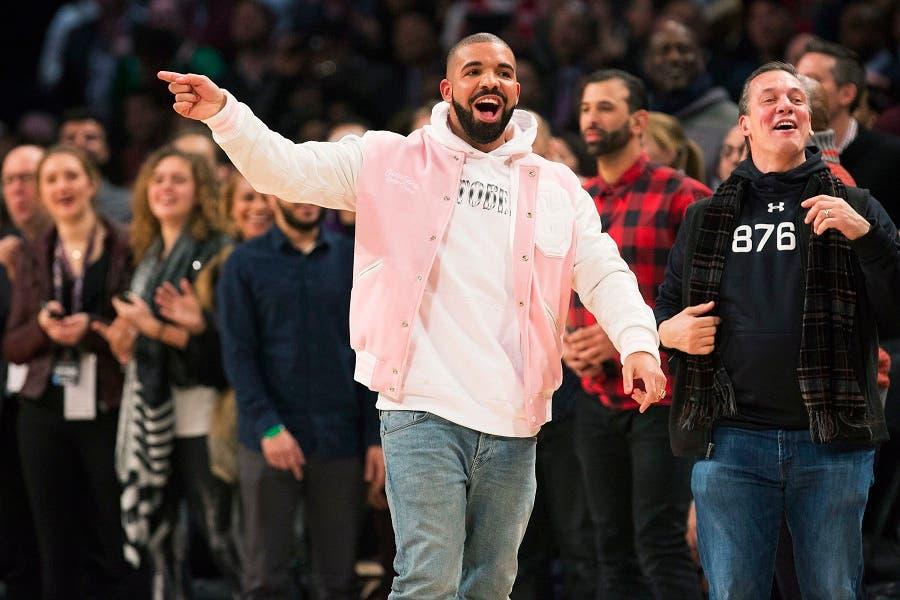Foto de archivo del rapero Drake, (al centro) durante una competencia de la NBA.