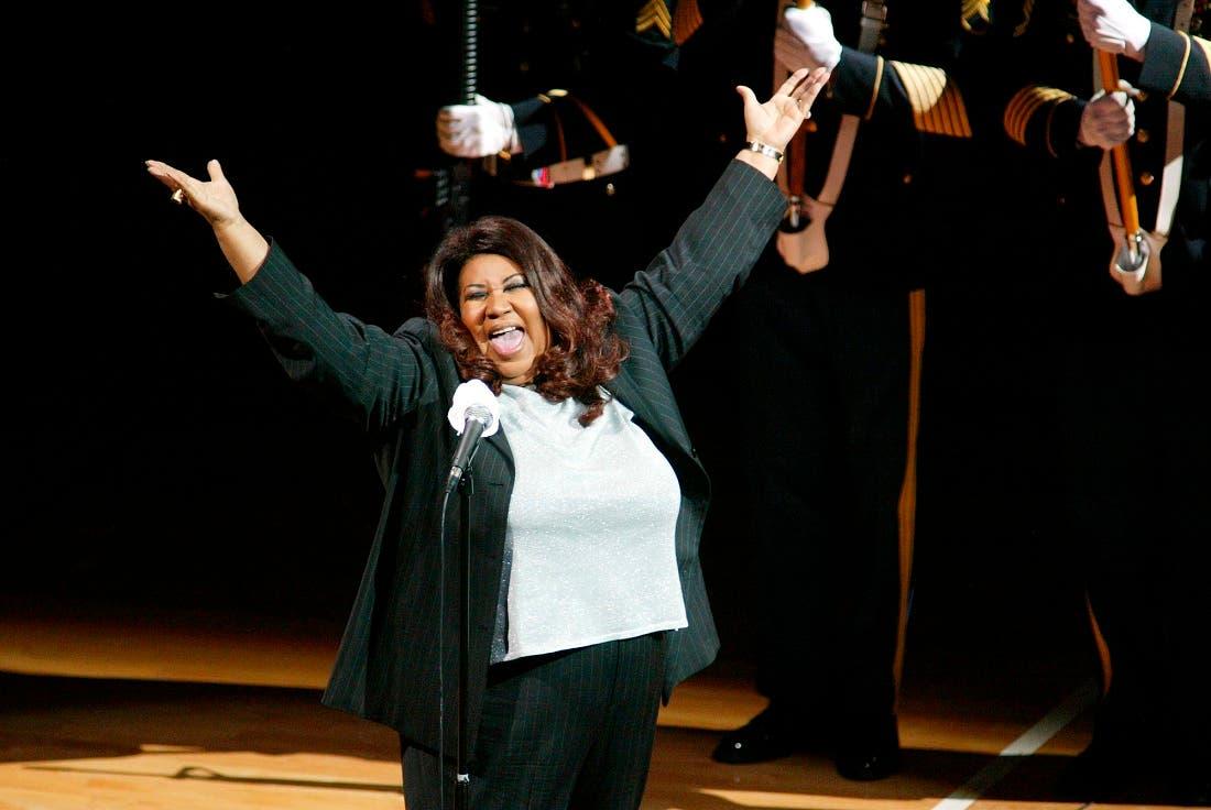 En esta foto del 15 de junio del 2004, Aretha Franklin canta en himno nacional antes de la final de la NBA entre los Pistons de Detroit y los Lakers de Los Angeles, en Auburn Hills, Michigan. Franklin murió el jueves 16 de agosto del 2018 en su casa en Detroit. Tenía 76 años. (AP Foto/Al Goldis, Archivo)