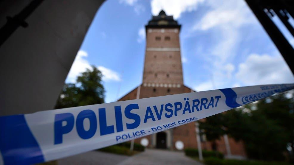 En esta foto del 31 de julio de 2018, la policía acordona el terreno en torno a la Catedral de Strangnas, Suecia, de donde dos personas robaron las dos coronas y una orbe utilizadas en el siglo XVII por el rey Carlos IX y la reina Cristina. (Pontus Stenberg/TT News Agency via AP)