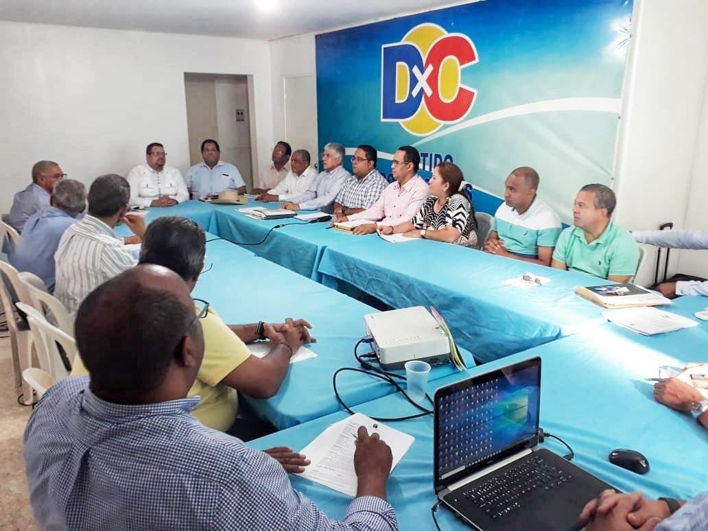 DxC pide a las autoridades investigar denuncia sobre retrasos en la entrega de uniformes en las escuelas públicas.