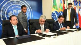 Canciller Miguel Vargas y el viceministro de Promoción Comercial y Cooperación Técnica y Cultural de Brasil, Santiago Mourao, firman acta de compromiso.