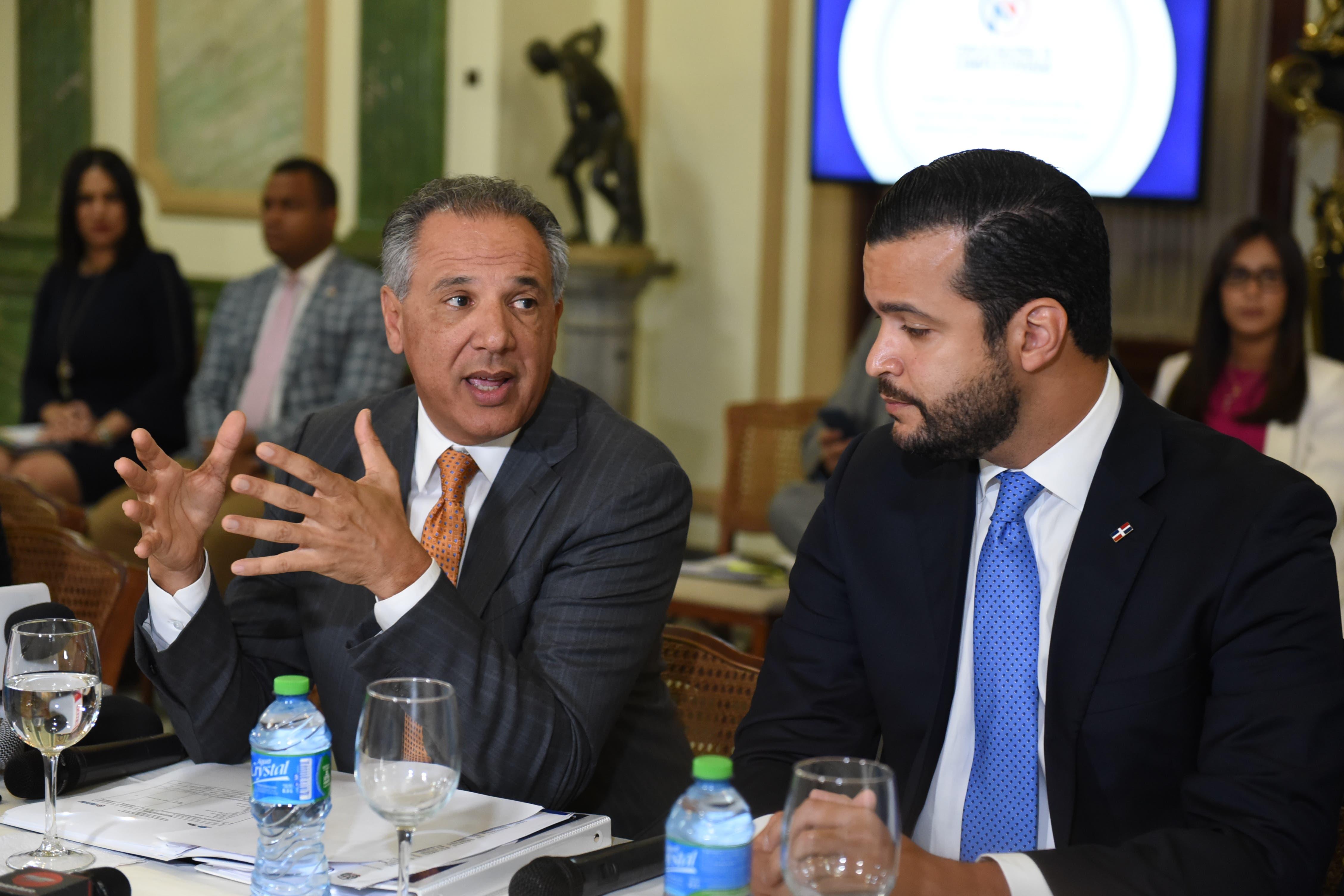 Ministro Administrativo de la Presidencia, José Ramón Peralta y el director de Competitividad, Rafael Paz.