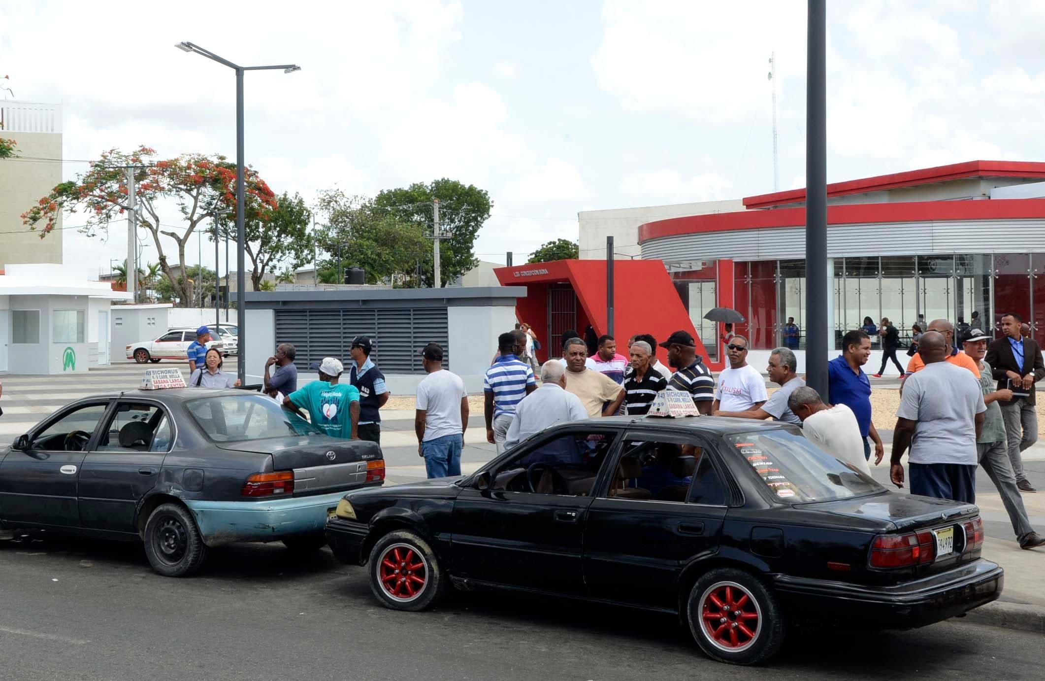 Primer día de transito de la línea del Metro 2B, Santo Domingo Este, en la foto choferes en espera de los pasajeros que salen del Metro/foto: José de León