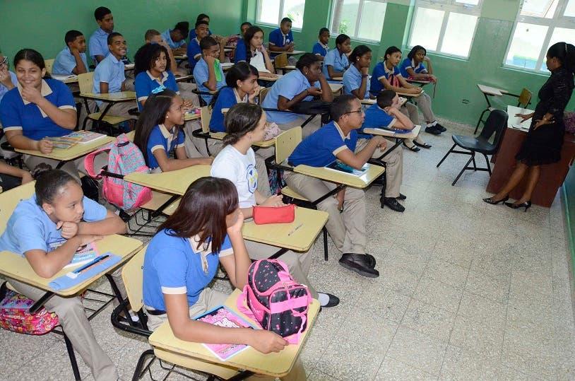 En el liceo Club Mauricio Báez los estudiantes son beneficiados con  el Programa de República Digital. Foto José de León/El Día.
