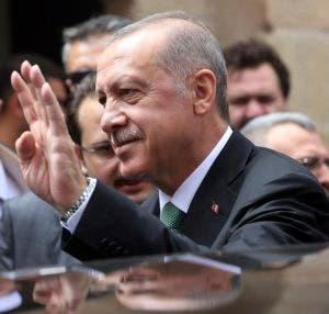 """El presidente turco Recep Tayyip Erdogan pidió hoy a la ciudadanía que cambie """"los dólares y el oro que tengan bajo el colchón"""" por liras turcas con el objetivo de frenar la caída de su moneda."""