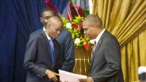 El nuevo primer ministro de Haití, Jean-Henry Ceant, a la derecha, recibe su nombramiento del presidente de Haití, Jovenel Moise, en el Palacio Nacional en Puerto Príncipe, Haití.