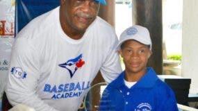 El ex liga mayorista George Bell, en la premiación de una de las pasadas versiones del torneo, junto a uno de los niños beneficiarios de la importante actividad.