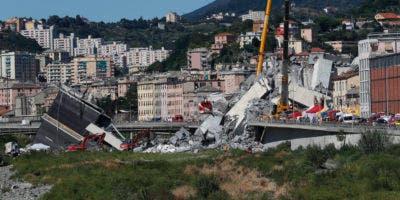 Los equipos de rescate trabajan entre los escombros del puente de Morandi que colapsó en Génova, norte de Italia, el miércoles 15 de agosto de 2018. Una gran parte del puente se derrumbó sobre una zona industrial en la ciudad italiana de Génova durante una tormenta repentina y violenta. dejando vehículos aplastados en escombros a continuación. (Foto AP / Antonio Calanni)