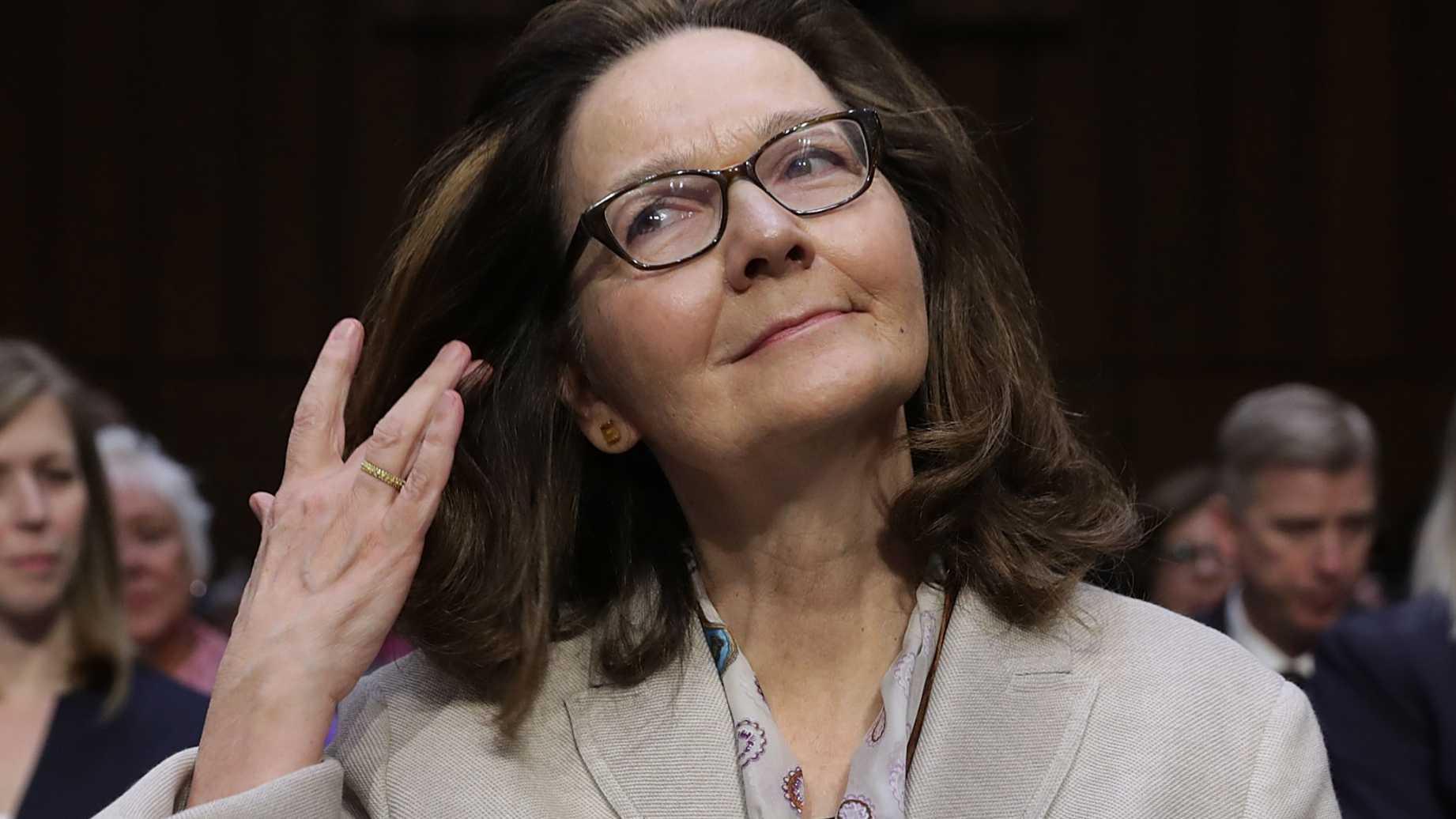 Gina Haspel, actual directora de la CIA, admitió que esa agencia llevó a cabo interrogatorios a sospechosos de terrorismo con técnicas de tortura similares a las que se practicaron en la cárcel de Abu Ghraib en Irak- sospechosos encapuchados, desnudos, con grilletes y confinamiento solitario.
