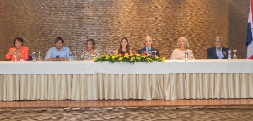 La presidente de Funpaheinm, Arleen Cestari de Genao junto a otros directivos de la entidad.