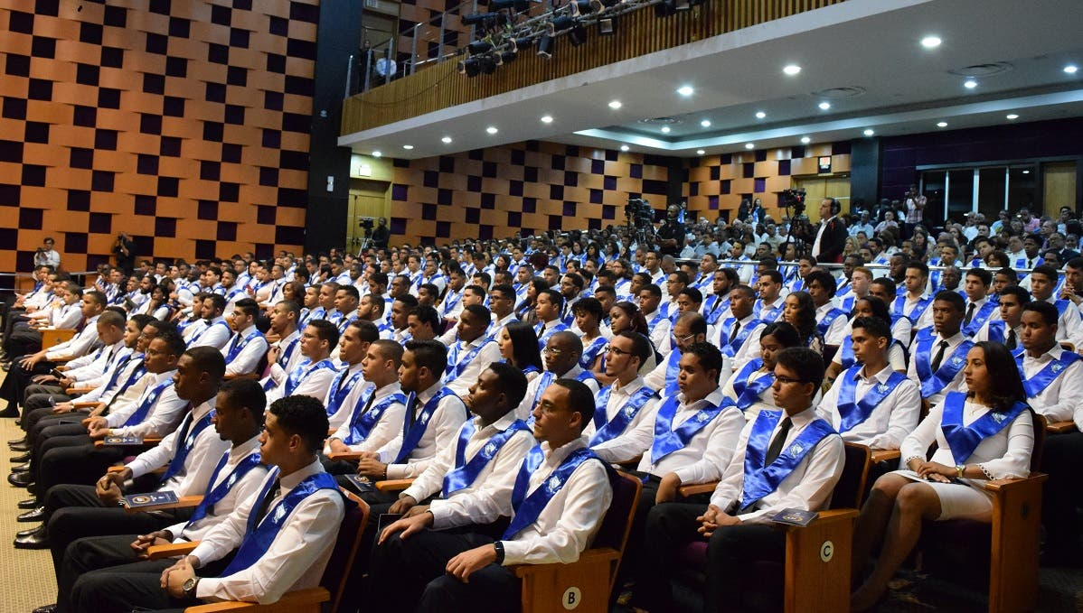 Parte de los 263 jóvenes que ayer recibieron sus títulos del ITLA.
