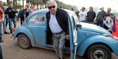 José Mujica dejó el Senado este martes para deshacerse de las limitaciones impuestas por la responsabilidad del cargo y para abrir también espacio para las nuevas generaciones.